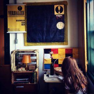 Estudante trabalha na sede da empresa-júnior. Foto: Divulgação/Verbalize! Jr.