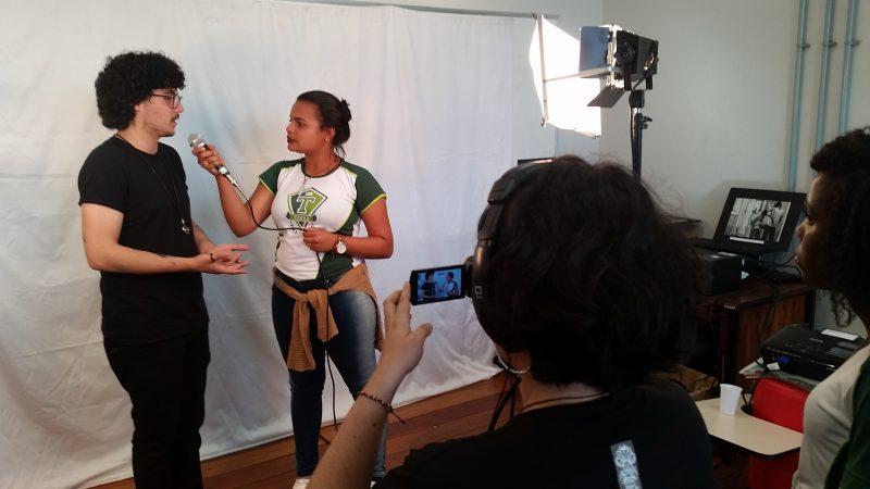 Estudante do ensino médio pratica entrevista durante o evento. Foto: Equipe Mostra de Profissões